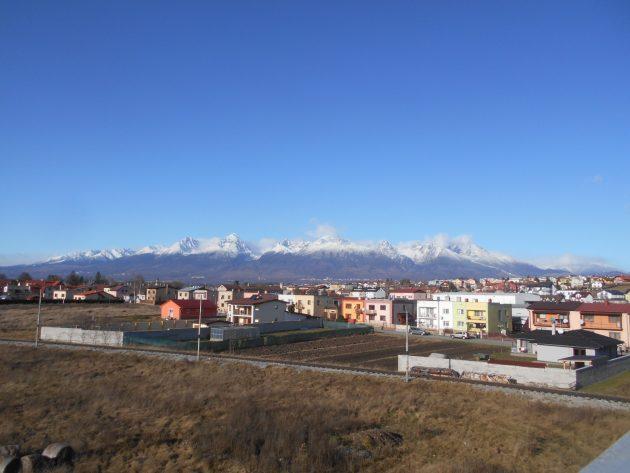 Pohľad na Vysoké Tatry zo železničnej stanice v Poprade