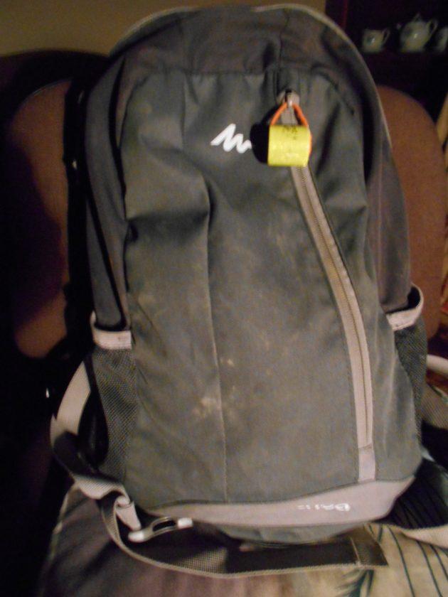 Niektorí zlodeji sa počas prenasledovania zbavujú svojho lupu tak, že ho jednoducho odhodia v lese. Tento ruksak som našiel vlani práve v Borovicovom háji, skontroloval som jeho obsah, bolo v ňom ešte mnoho užitočných veci a medzi nimi bola aj prázdna obálka s adresou majiteľa tohto ruksaku, tak som mu ho zaniesol priamo domov...