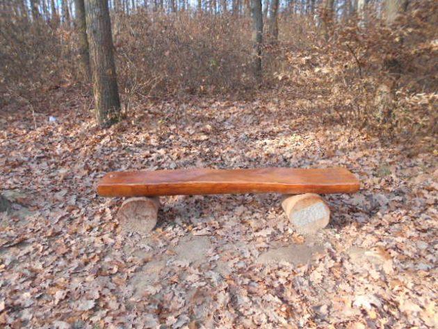 """Niektorí ľudia sa starajú, aby ľudia v Borovicom háji si mali kde odpočinúť a postavili takéto lavičky, no iná skupina tiež """"ľudí"""" tie lavičky ničí :-("""