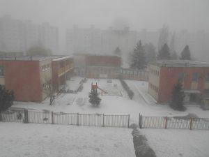 Ráno o 07:43 - ešte, že je nedeľa, neviem si totiž predstaviť škôlkárov, či by s nimi učiteľky išli von aj v takom počasí.