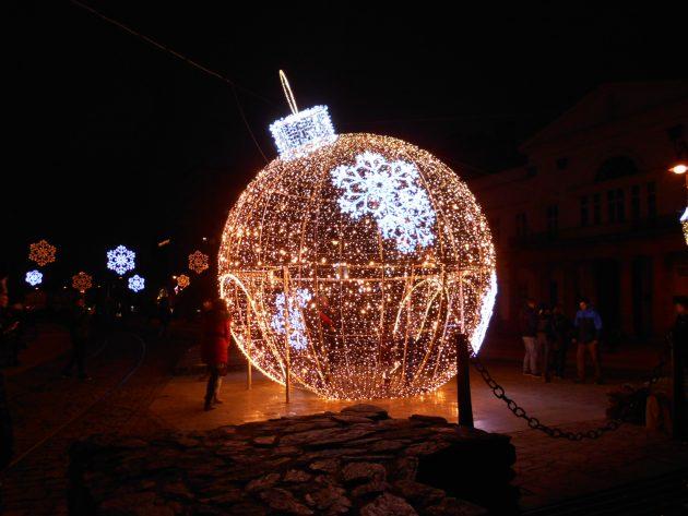 Obróvska vianočná guľa je umiestnená v blízkosti Hlavnej brány oproti Technickej knižnice