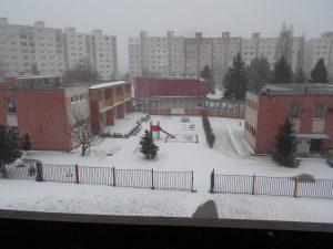 Pohľad na škôlkársky dvor o niečo neskôr, presnejšie o 09:07