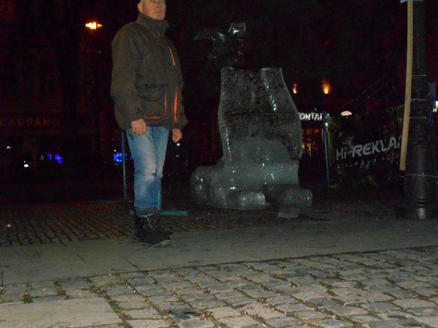 Ľadová socha v blízkosti zvonkohry a hrajúcej fontány (Ladislav Serenča) Ľadová socha pred hrajúcou fontánou medzi Dómom svätej Alžbety a divadlom