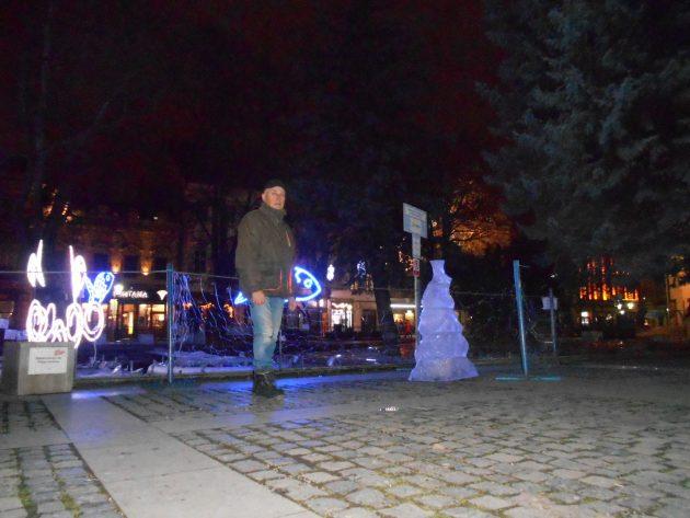 Ľadová socha pred hrajúcou fontánou medzi Dómom svätej Alžbety a divadlom (Ladislav Serenča)