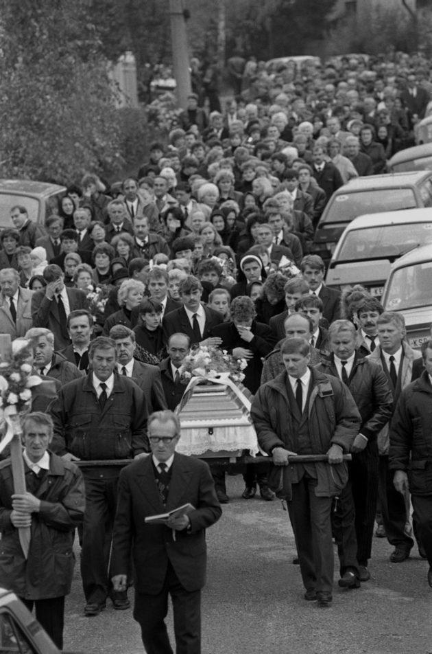 Prvý pohreb jednej z obetí. Konal sa 31. októbra 1995 v Haniske pri Košiciach.(Zdroj: tasr)
