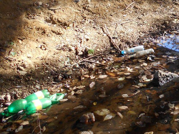 Teraz z tohto potoka môžete nabrať priamo do tých plastových fliaš tú tekutinu, ktorá nim preteká a možno by vám poslúžila ako pohonná hmota do vášho motorového vozidla, alebo ako motorový olej. :-(