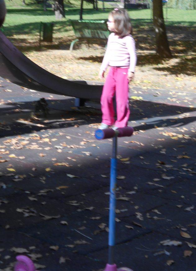 Pozrite ako sa viem postaviť na riadidlá kolobežky. :-)
