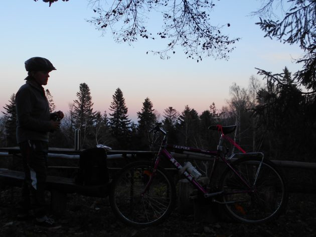 """Už sa stmievalo, a to bolo """"ešte len"""" 16:00 hodín. :-) Pohľad od Lajošky smerom na dolinu."""
