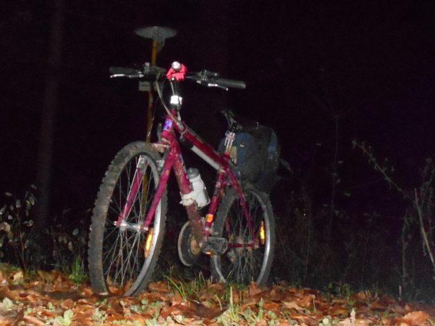 Tým, že 8 minút po 17 hodine už bola úplná tma, tak som sa už rozhodol, že z Jahodnej sa už domov nevrátim cez les, (napriek tomu, že som mal svetlo na bicykli a na sebe oblečenú reflexnú vestu), rozhodol som sa pokračovať domov normálne, čiže po asfaltovej ceste.