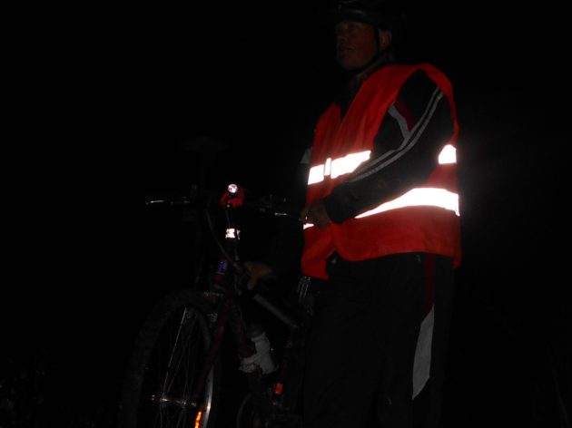 Cestou po asfaltovej ceste smerom k malej železnici v Čermeli som na zhruba 9 kilometrovom úseku stretával min. 40 motorových vozidiel, no napriek tomu, že som bol riadne osvetlený, tak min. polovica z vodičov na tých autách ma doslova ignorovala a mali ma v päte, aby svoje diaľkové svetla stlmili!!! :-(