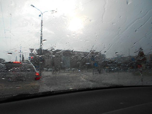 A mňa a moju vnučku včera podvečer vítala takáto náhla búrka pri vjazde do mesta, keď som ju viezol k nám na víkend. :-(