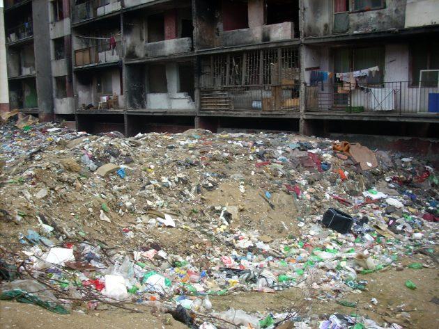 Slušní ľudia majú radi poriadok nielen v svojich bytoch, ale aj v svojom okolí, no ľudia, ktorí neplatia za odvoz smetí, tí obsah svojich smetných košov sypú zo svojich balkónov priamo za svoje bloky...