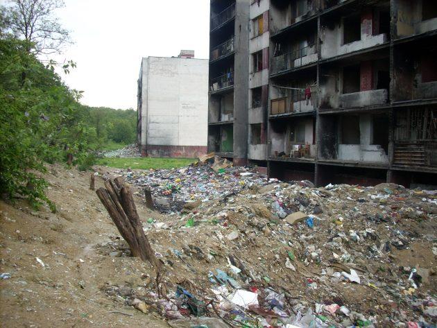 Načo je dobre nosiť smeti v odpadkovom koši do kontajnera, keď sa to dá spraviť vysypaním priamo z balkóna... ?! :-(