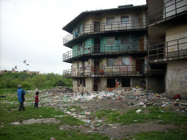 Rómske deti tieto skládky pravidelne navštevujú a hľadajú, či medzi tými odpadkami sa nenájde ešte niečo užitočné pre ne. :-(