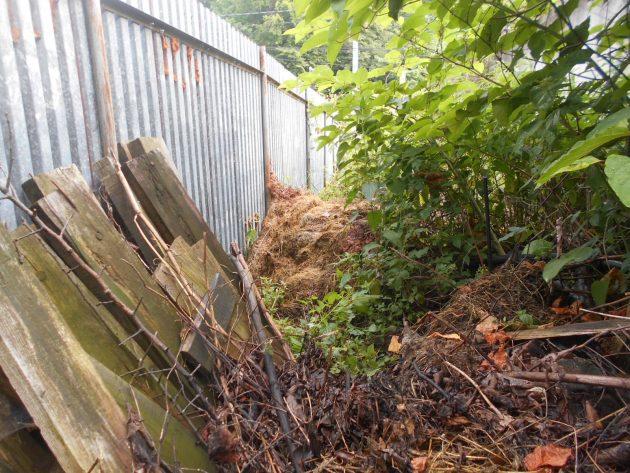 Tu je detailný pohľad na spomenutý plechový plot...