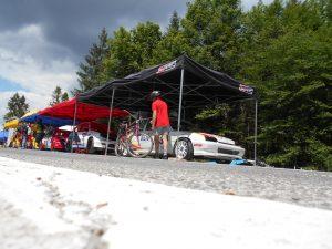Preteky športových motorových vozidiel do vrchu na Jahodnej prebiehali ešte aj včera.