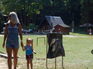 Mamičky s deťmi majú k dispozícii veľké pieskovisko a drevené preliezky