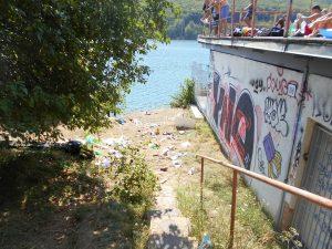 Takmer denne zostáva po mladých rekreantoch takýto neporiadok na brehu vodnej nádrže...