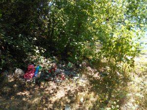 Tieto odpadky sú hlbšie od brehu medzi kríkmi, ležia tam už min. 3 roky. (Majiteľ budovy už nemal nervy na to, aby ešte aj tieto pozberal.)