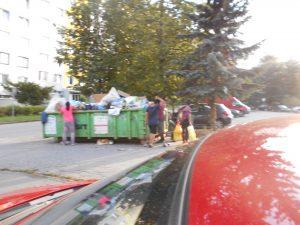 Zamestnanci Kositu by mali tieto kontajnery odviesť rovno na Lunik IX. Aspoň by si ušetrili prácu s triedením odpadu.