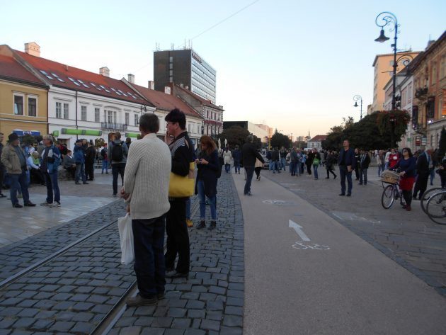 Zhromaždenie protestujúcich občanov iba pár minút po 18tej