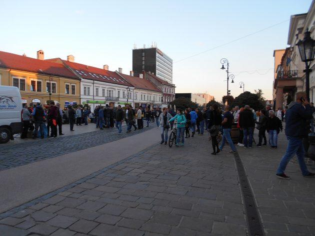 Zhromaždení občania pred zahájením protestu...