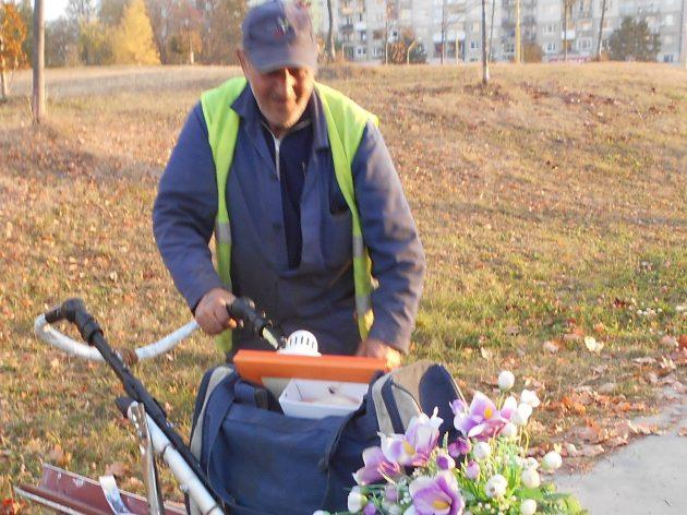 Keď si ráno privstane a predbehne SMEtiarov, tak ešte niečo užitočné pre seba a svoju rodinu nazbiera. Dokonca aj kvetinu pre manželku takto môže doniesť domov.