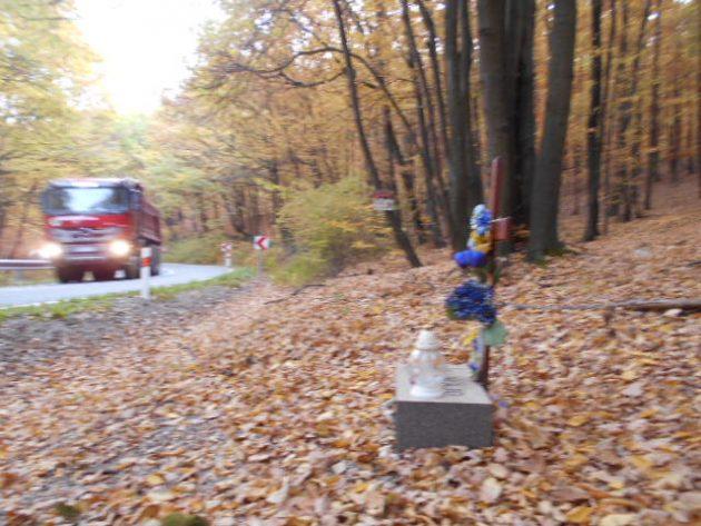 Pohoršil ma odkaz zavesený na strome, zhruba 4 metre za krížom...