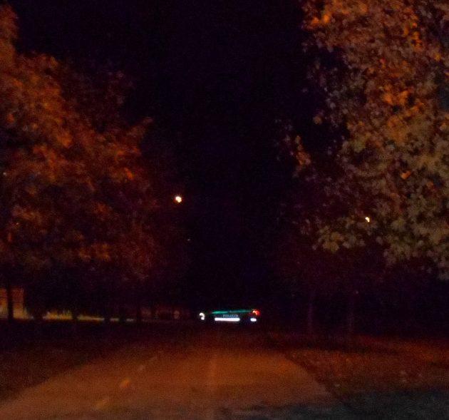 A ja som sa včera večer čudoval, čo to tí policajti - vzadu na fotografii- ešte aj takto neskoro v noci hľadajú. A predstavte si oni hľadali tie zmiznuté Kočnerove spisy. :-)